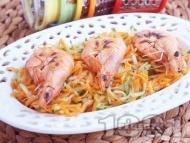 Свежа салата с моркови, краставици и печени скариди със соев сос